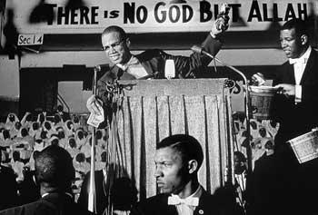 Malcolm X kürsüde konuşurken