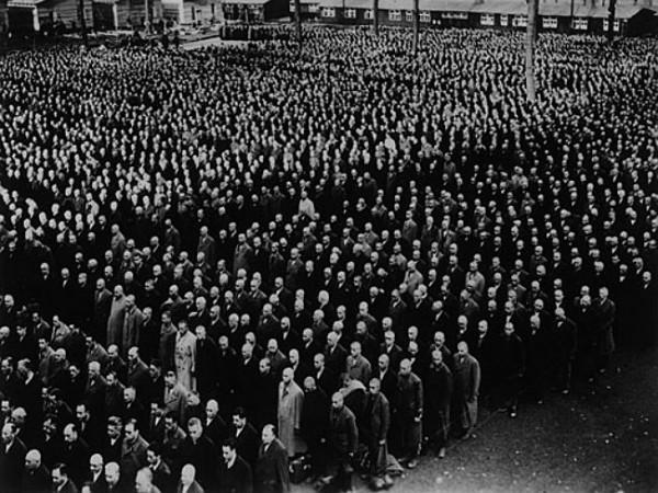 Toplama kampına gönderilmeyi bekleyen Yahudiler