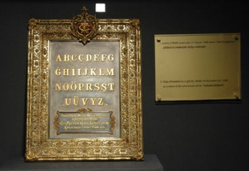 T.B.M.M tarafından Atatürk'e armağan edilen altın alfabe