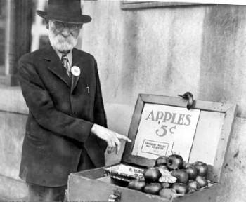 1929 krizinde elma satarak ayakta kalmaya çalışan bir kişi